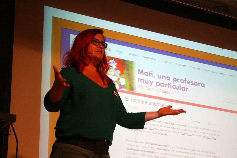 Clara Grima en una conferencia